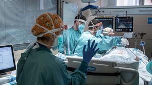 Un enfermo con covid en la UCI del Hospital Vall d'Hebron de Barcelona.