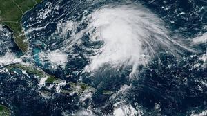 La tormenta tropical Karen avanza por el Caribe rumbo a Puerto Rico donde se espera que impacte el martes.
