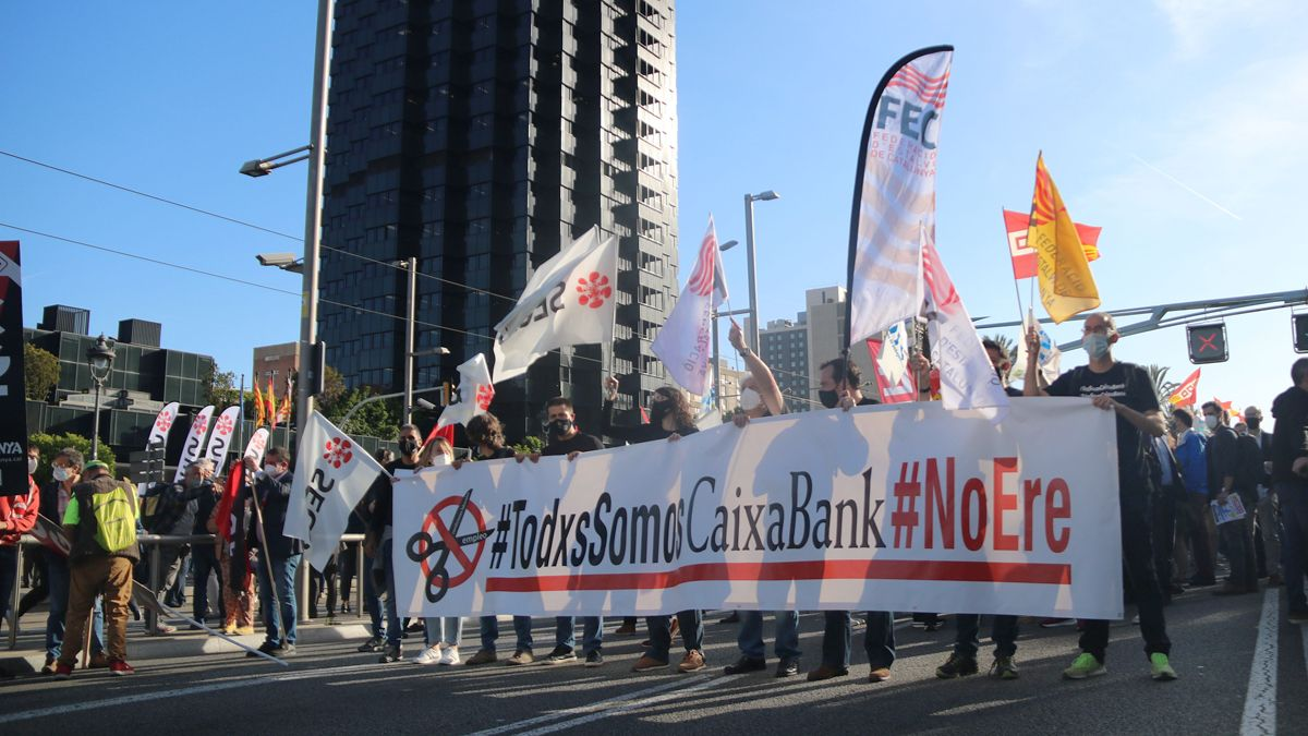 Manifestación en la Diagonal contra el ERE de Caixabank.