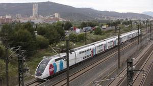 Un tren de Ouigo a su paso por Sant Vicens dels Horts.