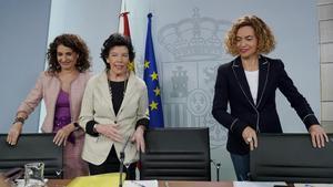 La portavoz del Gobierno, Isabel Celaá, flanqueada por la ministra de Hacienda, María Jesús Montero (izqda) y la ministra de Política Territorial, Meritxell Batet, en la rueda de prensa del Consejo de Ministros.