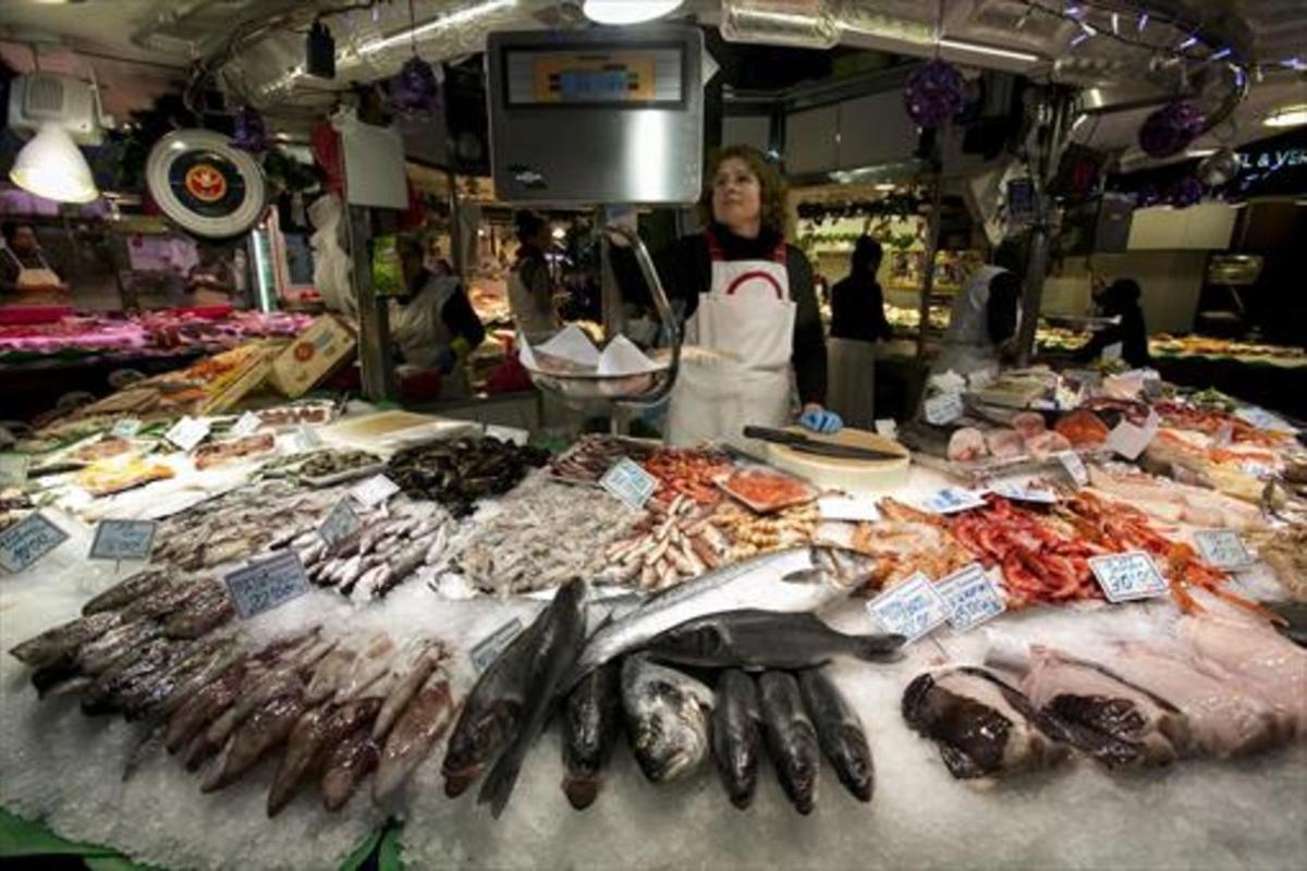 Pescados a la venta en un mercado.