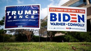 Carteles a favor de Trump y de Biden frente a un punto de votación anticipada en Fairfax, Virginia.