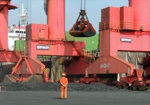 Mercancía 8 Carga de carbón en el puerto chino de Lianyungang.