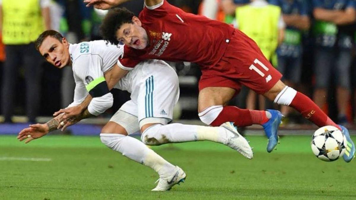 Pedro Sánchez, como si fuera Sergio Ramos, hace caer a Rajoy (Mahamed Salah), en la polémica entrada en la que el madridista lesionó al delantero del Liverpool en la final de Champions del pasado 26 de mayo.