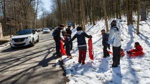 Una familia, perfectamente equipada con cuatro trineos para la que se supone que será la última nieve de la temporada en el Montseny.