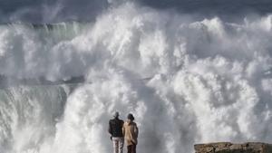 Imagen del oleaje provocado por el huracán Epsilon a su paso por Galicia.