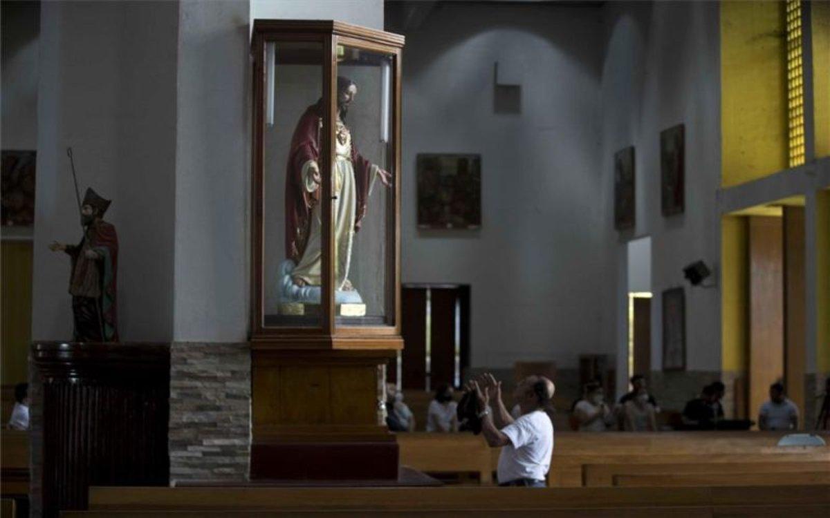 Católicos en laCatedral Metropolitana de Managua, Nicaragua.