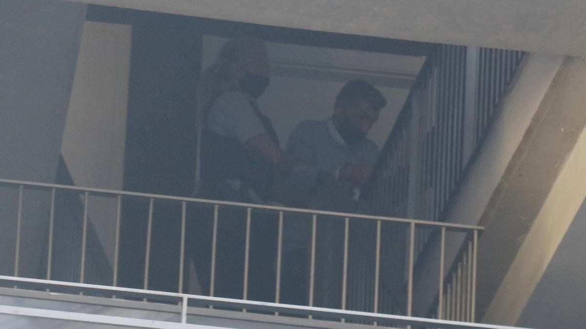 Los Mossos se llevan al detenido tras la reconstrucción del crimen.