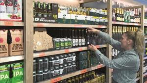 Surtido de cervezas en un supermercado de Mercadona.