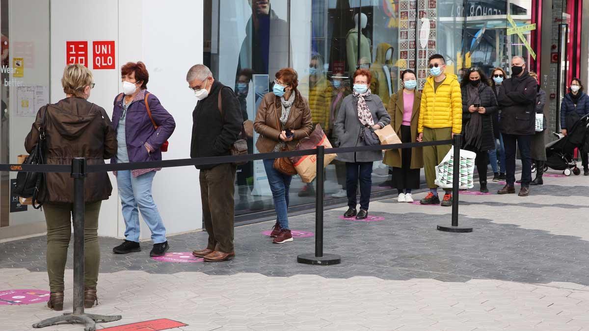 Cues el primer dia de reobertura dels centres comercials a Catalunya