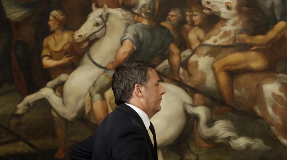 Renzi abandona la rueda de prensa en la que ha anunciado su dimisión, en el Palazzo Chigi, en Roma, en la madrugada de este lunes.
