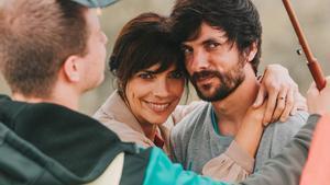 Mikel Rueda (derecha) posa junto a sus actores.