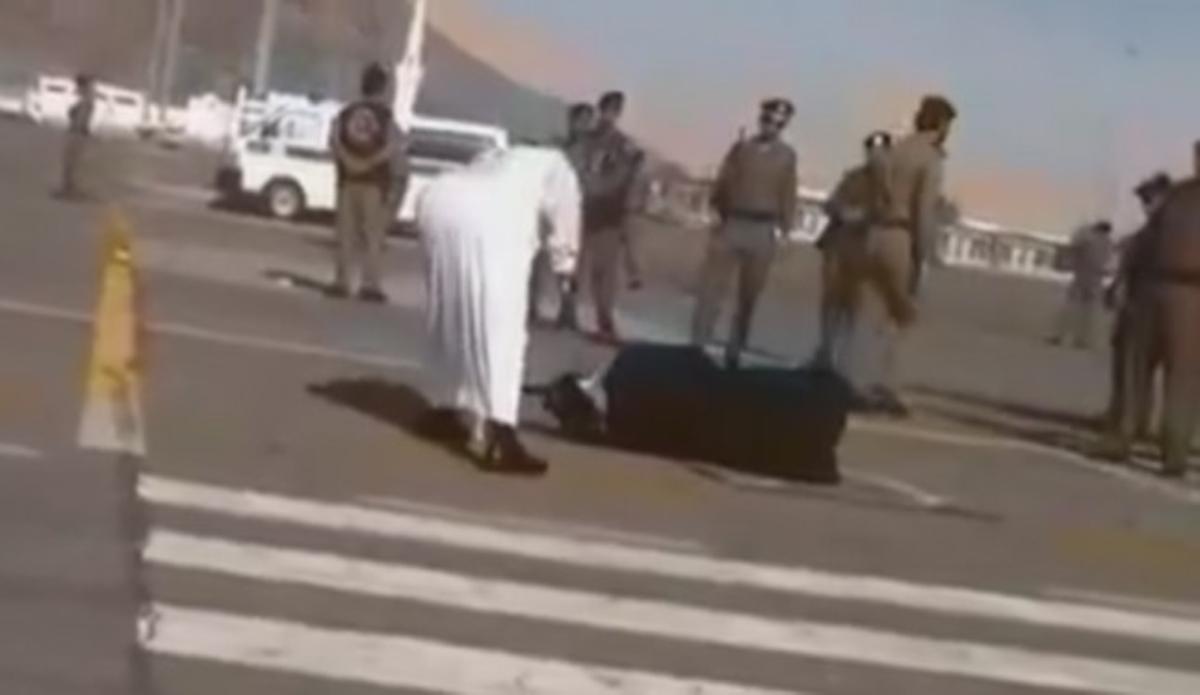 El verdugo ejecuta a la mujer birmana en plena calle en La Meca.