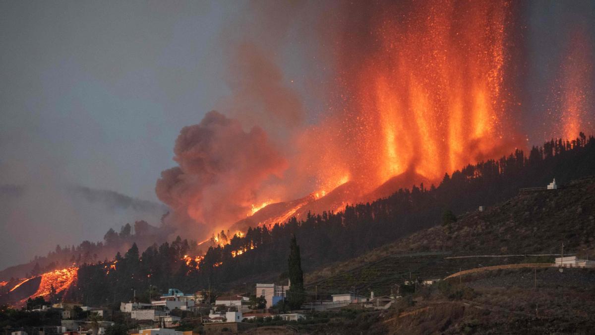 El volcán expulsa lava y materiales incandescentes durante la erupción