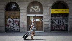 El Hotel Lloret, en la Rambla, flanqueado de comercios cerrados.