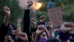 Un grupo de mujeres se manifiesta contra la violencia machista.