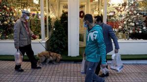 Peatones iranís pasan ante una tienda navideña en Teherán.