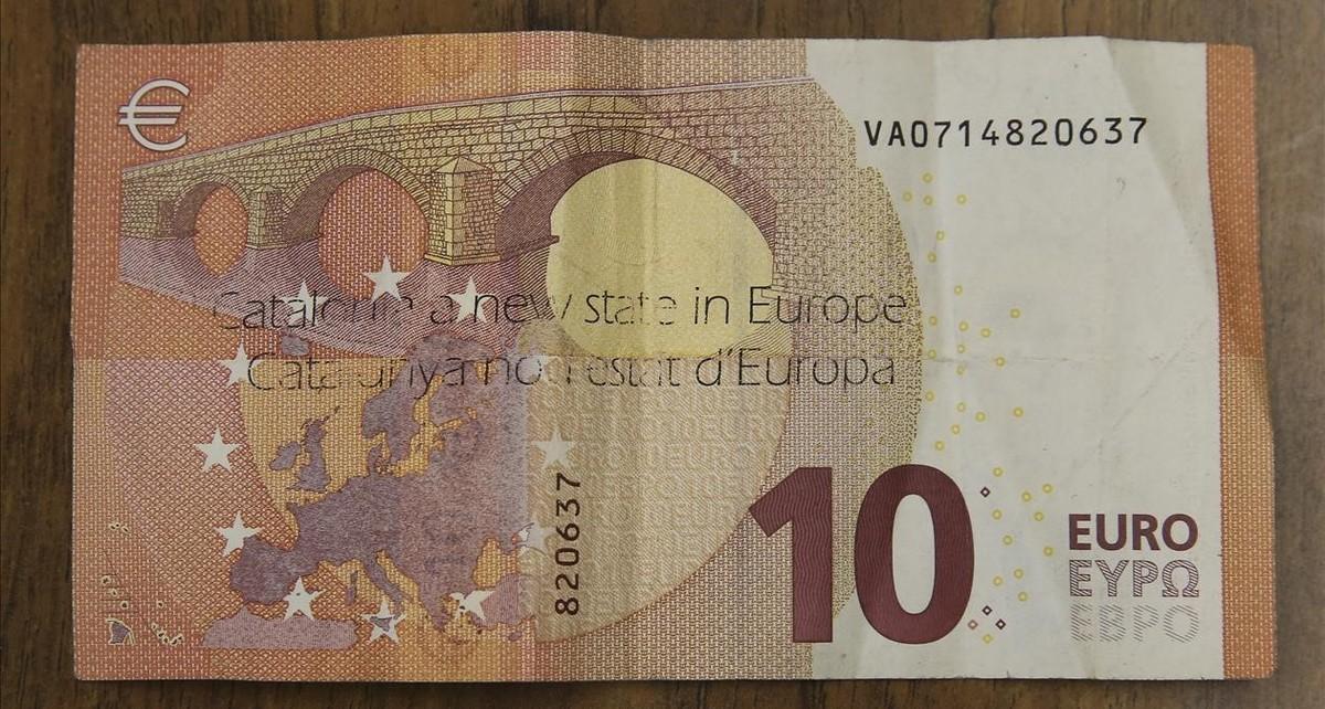 Billete de 10 euros con una impresión que dice Catalunya nou estat d'Europa.