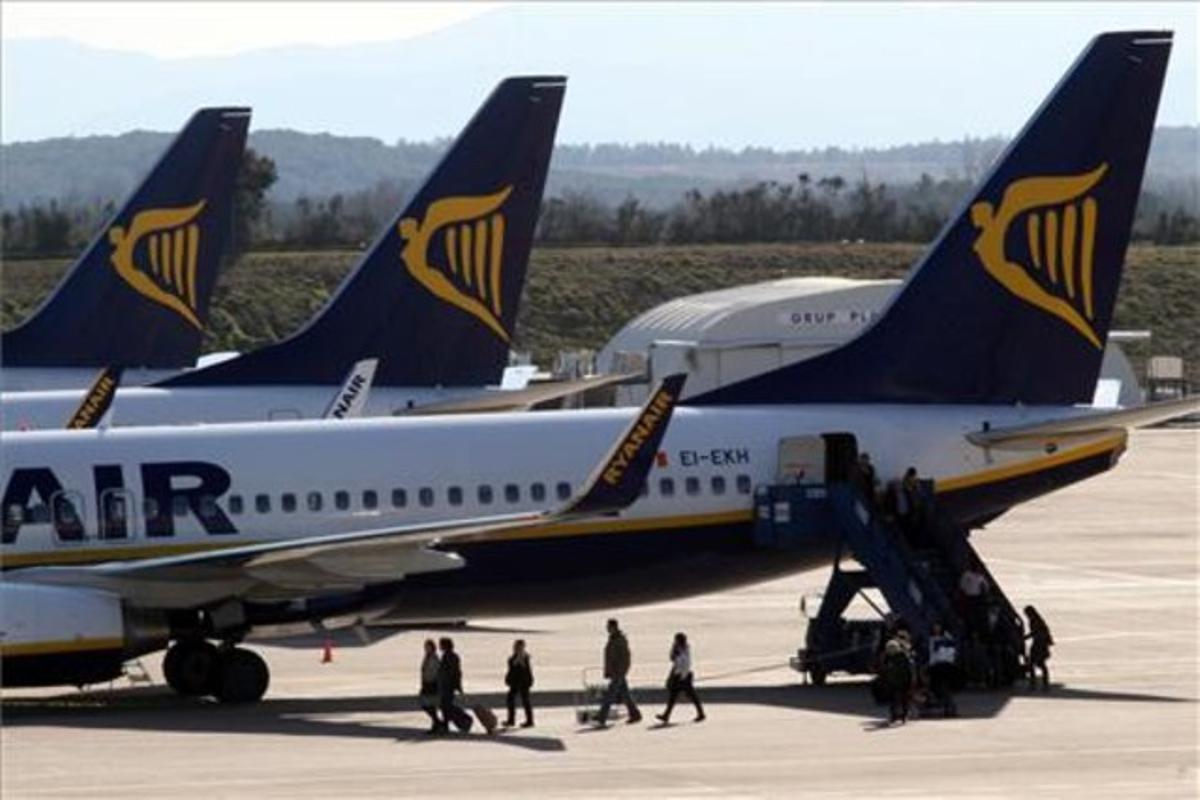 Un avión de Ryanair en el aeropuerto de Girona.