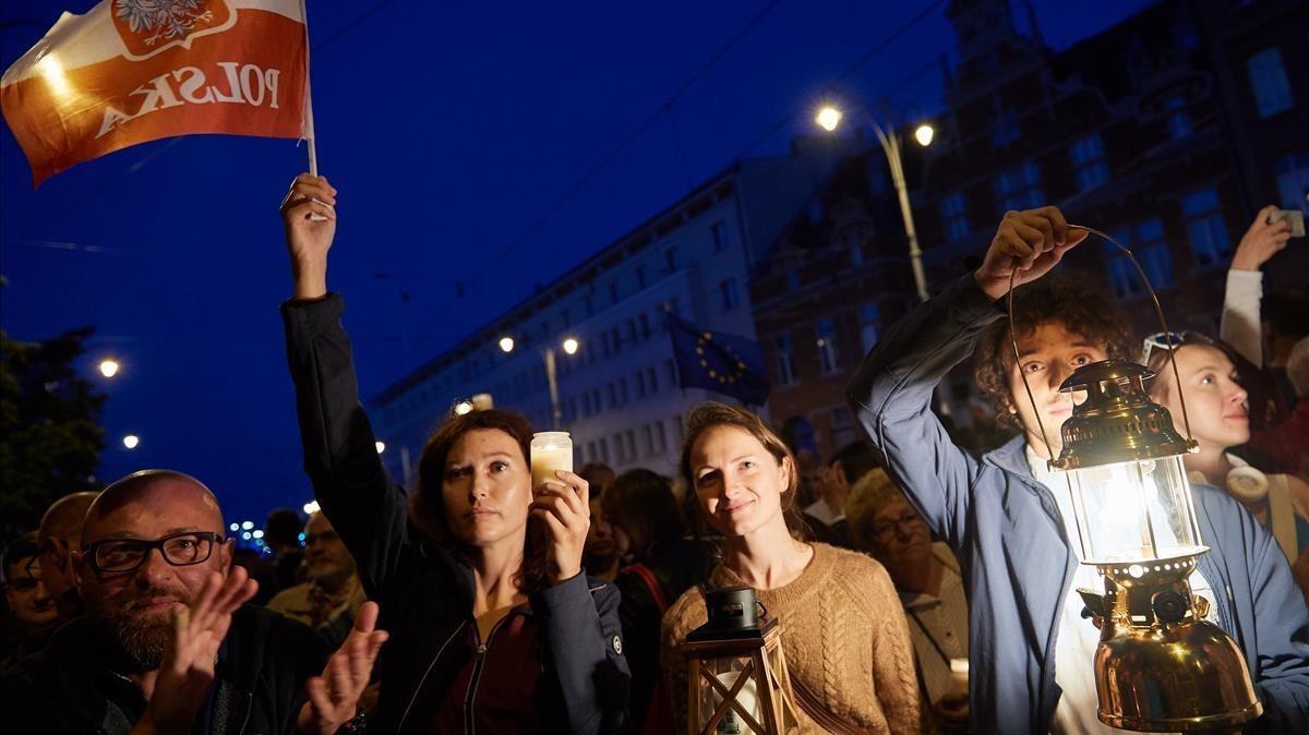 Cientos de personas participan en una protesta en Polonia.