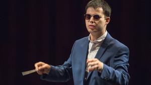 Adrián Rincón en el Auditori, primer director ciego que se gradúa en la Esmuc en un momento de su concierto de graduación.