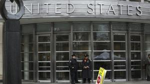 NUEVA YORKEE UU- Dos agentes del Departamento de Policia de Nueva YorkNYPDcustodian la puerta el tribunal del Distrito Sur en BrooklynNueva YorkEE UUdurante el juicio del narcotraficante mexicano JoaquinEl ChapoGuzman.EFE Kena Betancur