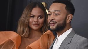 Chrissy Teigen y John Legend, a su llegada a la gala de los Grammy.