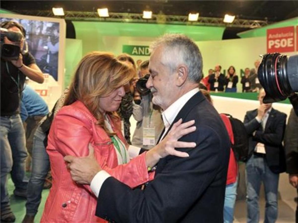 Griñán y Díaz se abrazan el día del relevo.