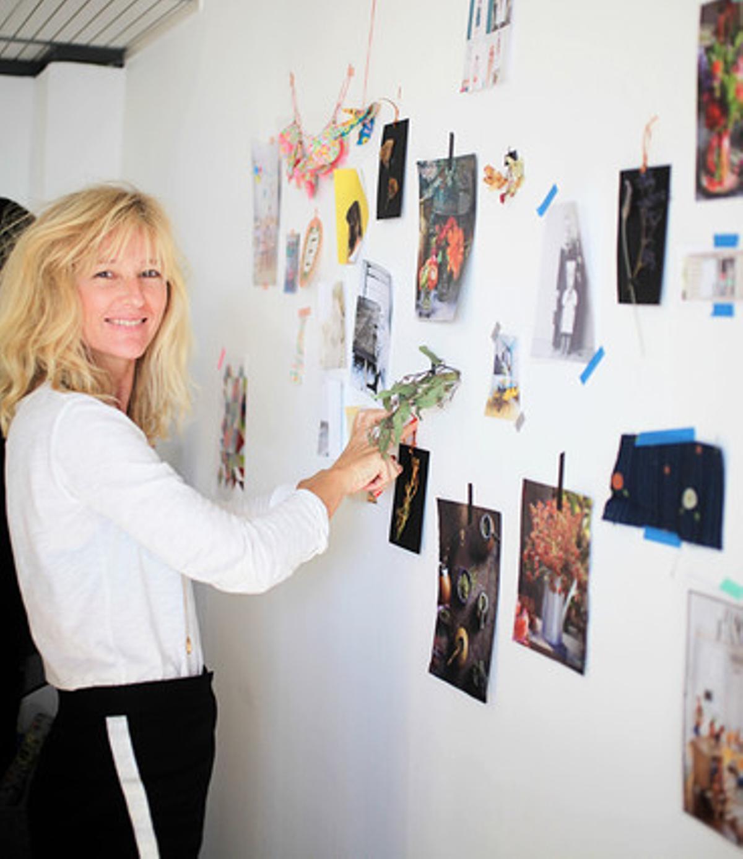 Gudy Herder trabaja en su estudio con un 'moodboard'.