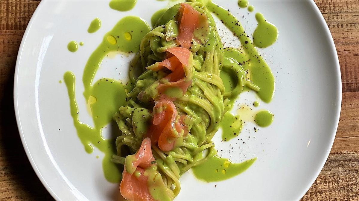 Espaguetis con crema de guisantes, citronela y salmón ahumado de Robert Colella, chef del restaurante Colella.