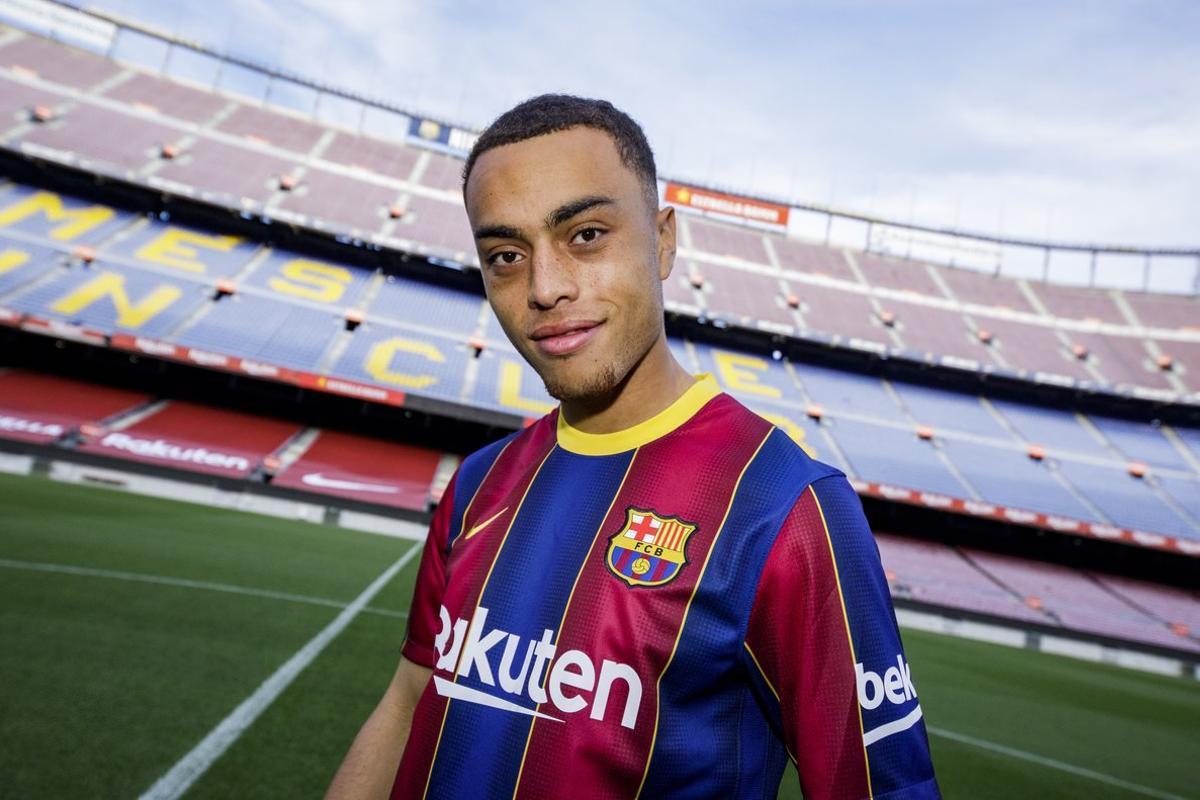 Sergiño Dest, en el Camp Nou, antes de la presentación.