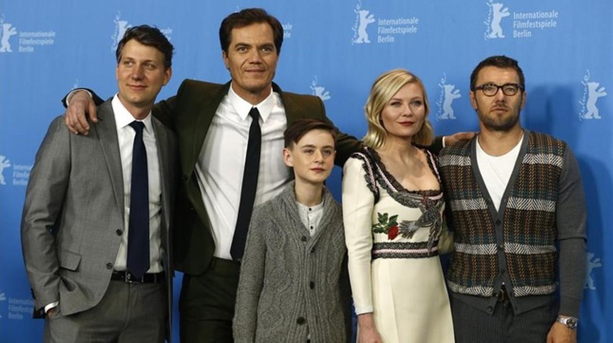 De izquierda a derecha, Jeff Nichols, Michael Shannon, Jaeden Lieberther, Kirsten Dunst y Josel Edgerton, este viernes en Berlín, tras la presentación de 'Midnight special'.
