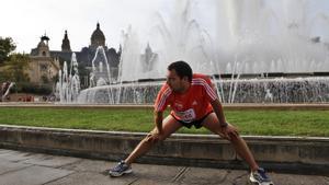 Un corredor estirando en Barcelona.