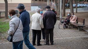 Unos jubilados pasean en Barcelona.