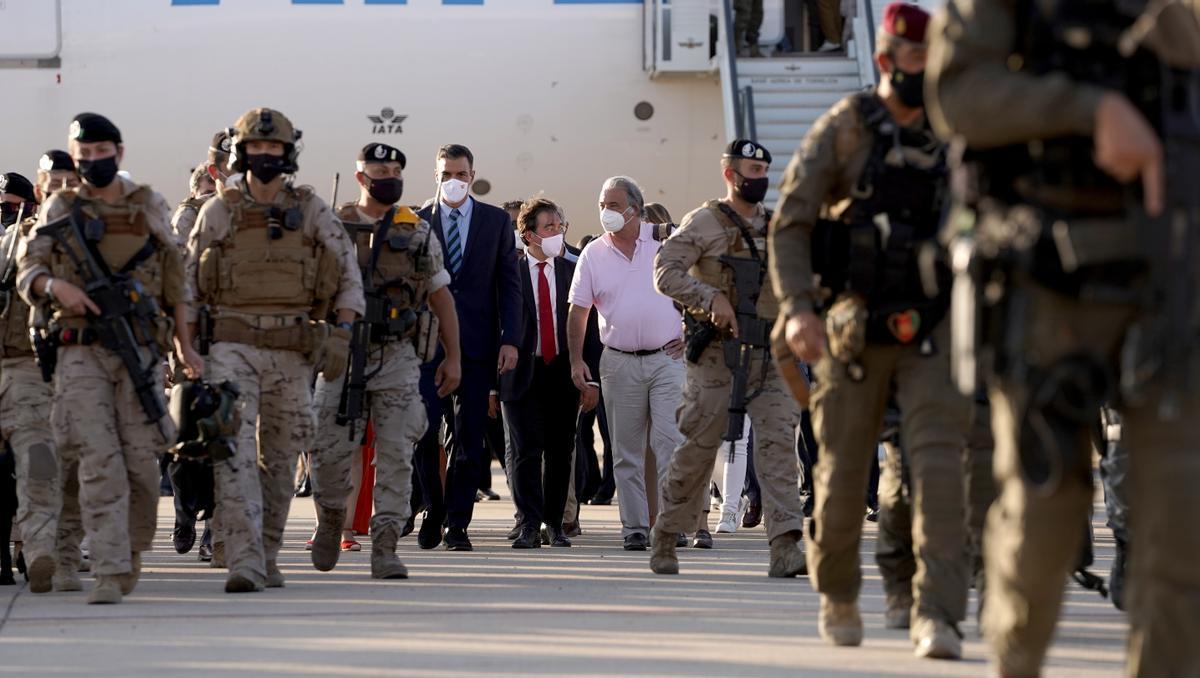 Pedro Sanchez y el Gabriel Ferrán, embajador en Afganistan, en la base aérea de Torrejón.