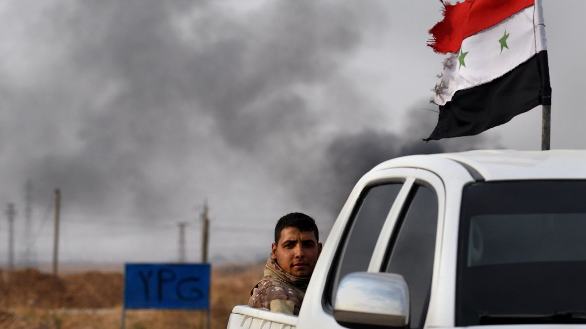 Soldados del Ejército sirio de camino al frente en Tel Tamir.