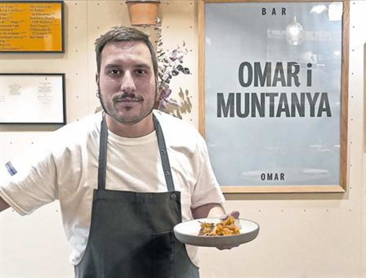 Omar Díaz, ante un cartel entre descriptivo y cachondo.