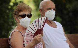 Dos personas tratan de refrescarse en Madrid, donde hay alerta por altas temperaturas, el jueves 30 de julio.