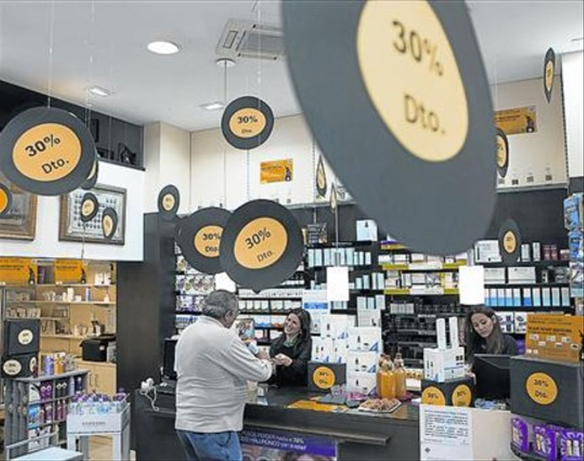 Una farmacia de Barcelona aplica descuentos ayer por el Black Friday.