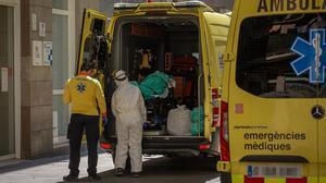 Traslado de un enfermo de covid en una ambulancia del Sistema d'Emergències Mèdiques, en Barcelona, el pasado abril.