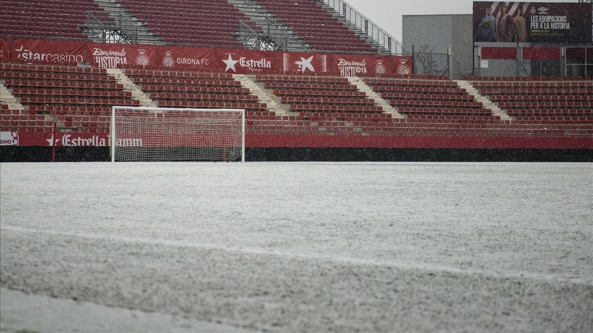 El estadio municipal de Monrilivi, en Girona, tras el temporal de nieve.