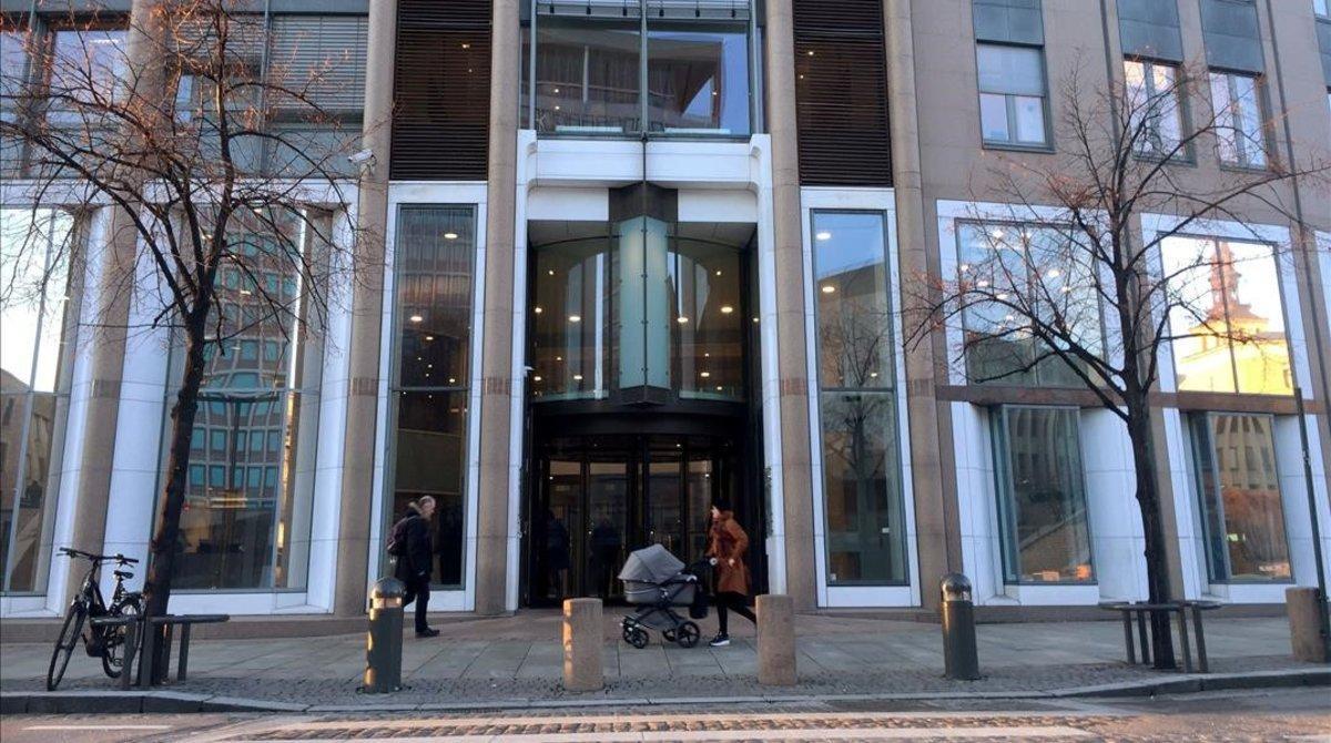 Peatones ante un edificio oficial en Oslo, Noruega.