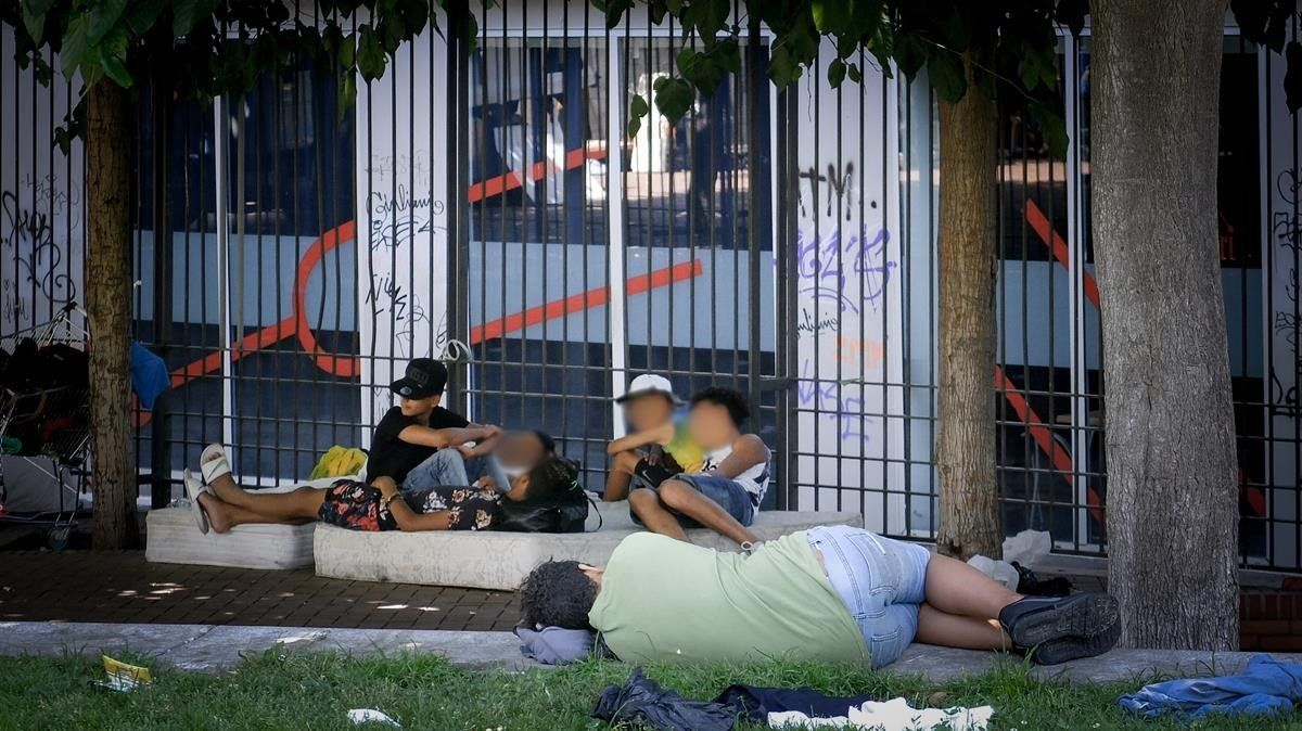 Unos jóvenes de origen magrebí descansan en unos jardines del Raval.