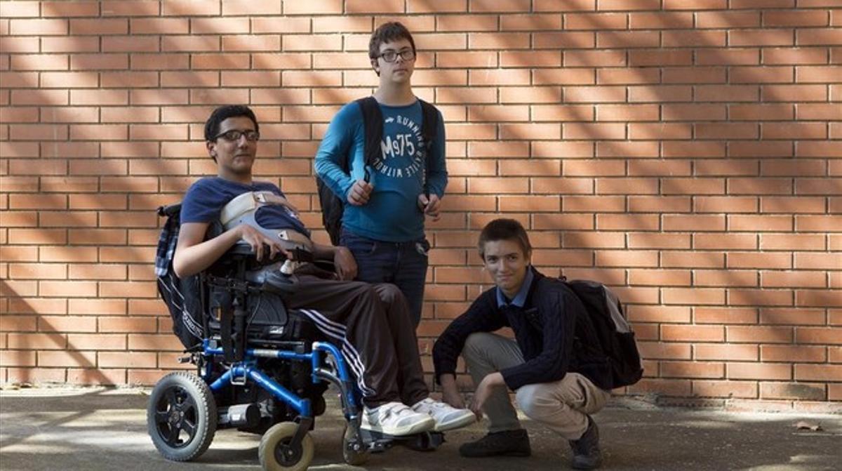Youssef y Martí, con un compañero suyo (a la derecha, agachado) de la Unidad de Apoyo a la Educación Especial (USEE) del instituto Icària de Barcelona.