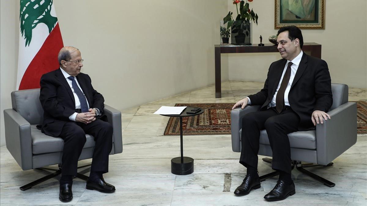 El presidente libanés, Michel Aoun, izquierda, y el exprimer ministro,Hasán Diab, este lunes.