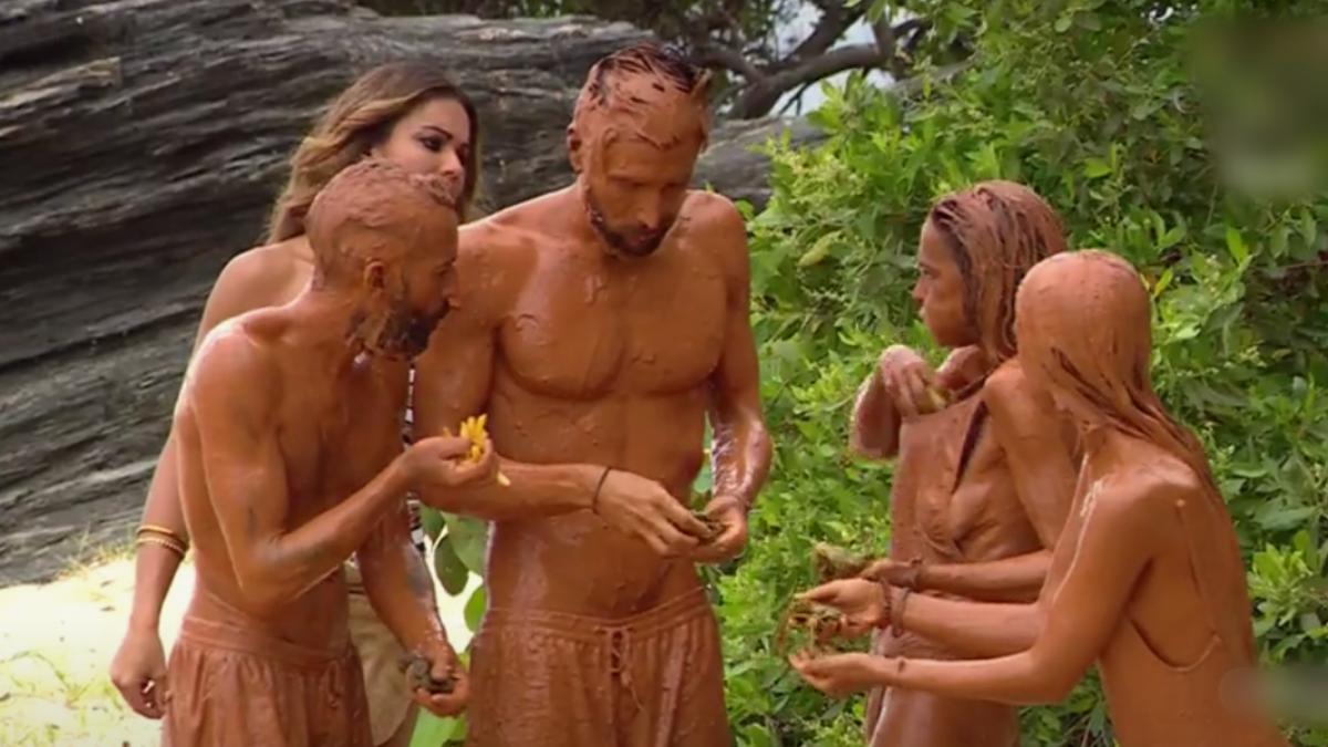Momento en el que Olga Moreno fue pillada escondiéndose comida en 'Supervivientes 2021'.