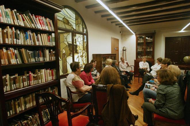 El club de lectura de la biblioteca Francesa Bonnemaison, en una de sus sesiones mensuales.