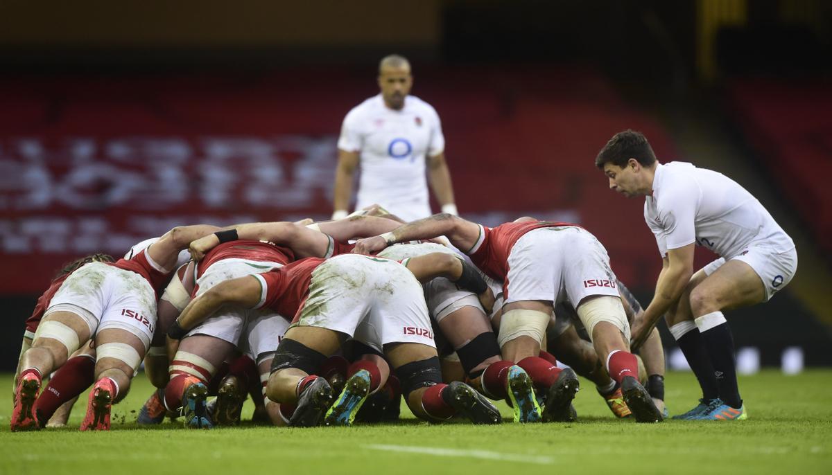 Los jugadores de Gales, en melé, ante Inglaterra.