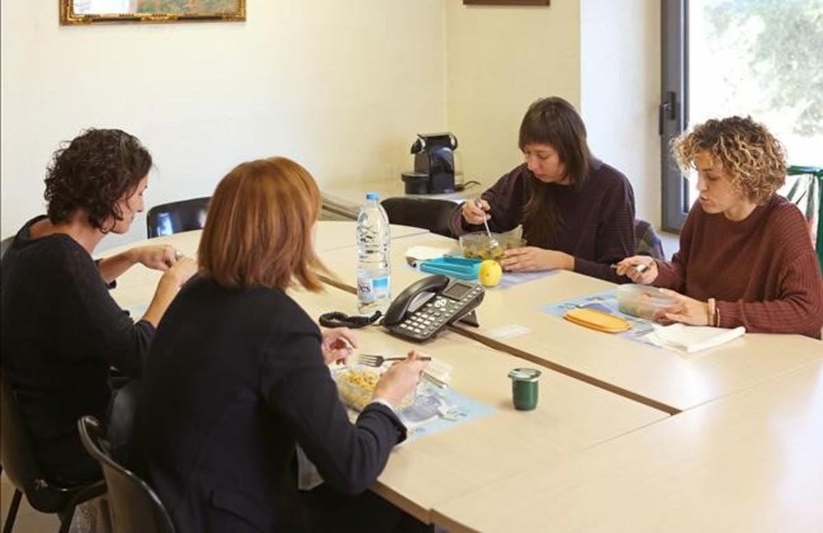 Trabajadoras del Ayuntamiento de Prats de Lluçanès que han avanzado la hora de la comida.